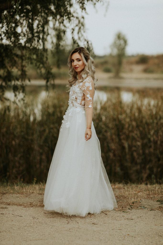 Insa, in cadrul organizarii nuntii, un element cu adevarat important este rochia de mireasa. La mine a fost dragoste la prima vedere cu una dintre rochile Oanei. Am vazut-o online si stiam ca aceea e rochia in care vreau sa ma casatoresc . Asa a si fost. O rochie minunata, in care m-am simtit cea mai frumoasa si pe care o voi pastra cu drag pentru totdeauna. Viitoarelor mirese le doresc o zi a nuntii cel putin la fel de minunata ca a mea si o rochie de mireasa la care sa nu-si doreasca sa renunte vreodata.